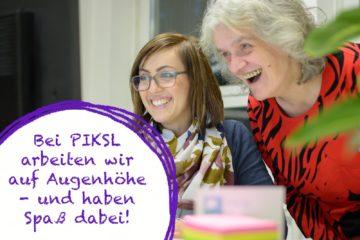 Zwei Frauen vor einem Computer, Schriftzug: Bei PIKSL arbeiten wir auf Augenhöhe - und haben Spaß dabei!