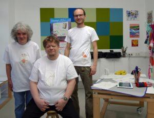 PIKSL-Mitarbeiter tragen selbstbedruckte T-Shirts