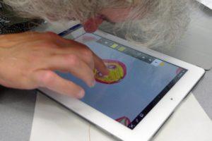 PIKSL-Mitarbeiter entwirft T-Shirt am Tablett