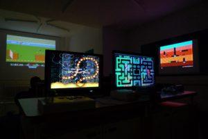4 Monitore mit Computerspielen aus den Achtzigern