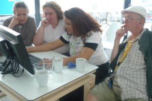 Lorealmitarbeiter mit Pikslmitarbeitern gemeinsam am PC
