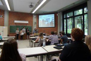 Studierende im Seminarraum betrachten eine Präsentation