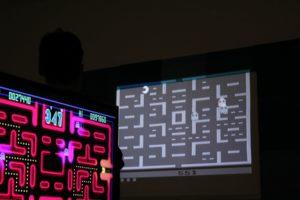 """2 Bildschirme zeigen """"Pac-Man"""""""