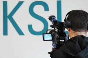 Ein Kameramann filmt das PIKSL-Logo