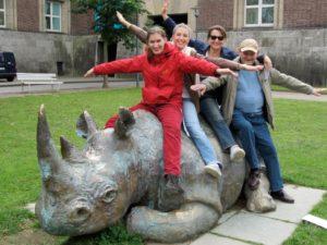 Gruppenbild mit Nashornskulptur