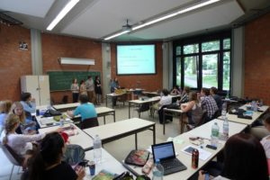 Studierende im Seminarraum bei einer Präsentation
