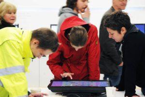 Besucher nutzen Touchscreenmonitor