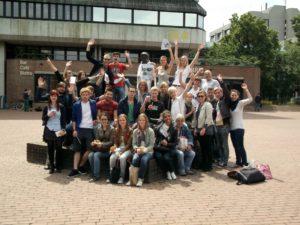Gruppenbild mit Studenten auf dem Campus