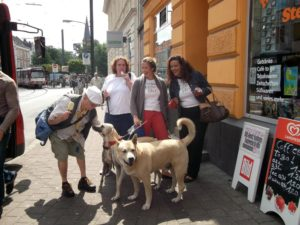 Personengruppe mit Hunden