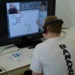 Ein Mann sitzt vor dem Bildschirm
